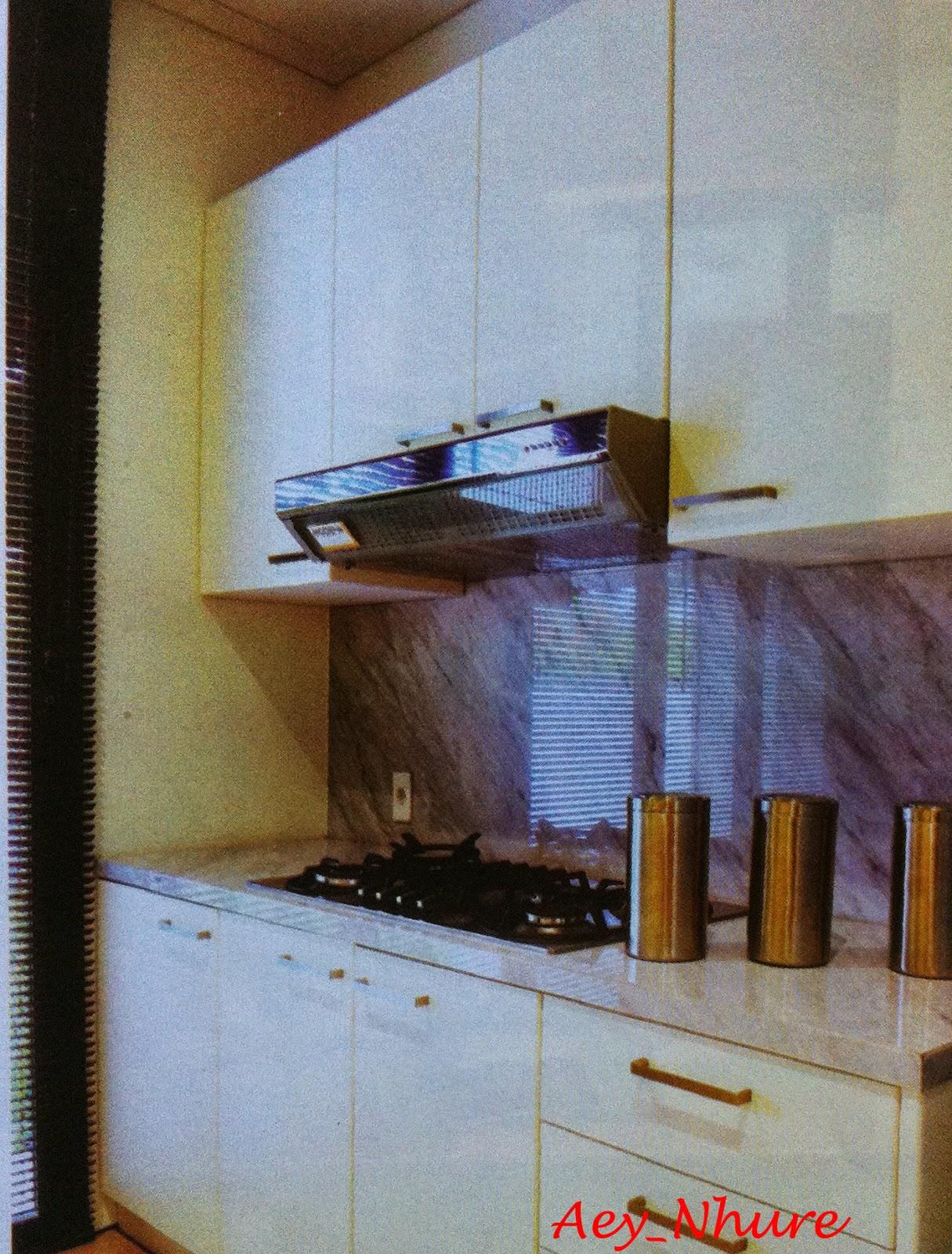 Dapur Dirancang Modern Menggunakan Konfigurasi Line Dua Sisinya Salah Satu Mengakomodir Aktivitas Memasak Berdekatan Dengan Ruang Makan
