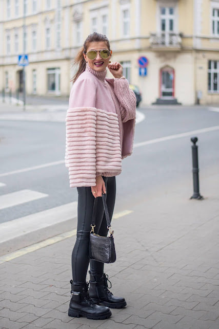 Zimowa stylizacja * stylowa kurtka wełniana z futrem w chłodnym rózu i skórzane legginsy