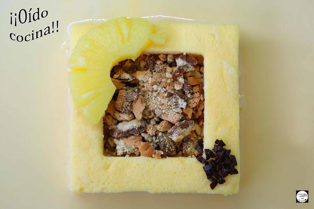 Postre de piña y coco con galletas y crema inglesa