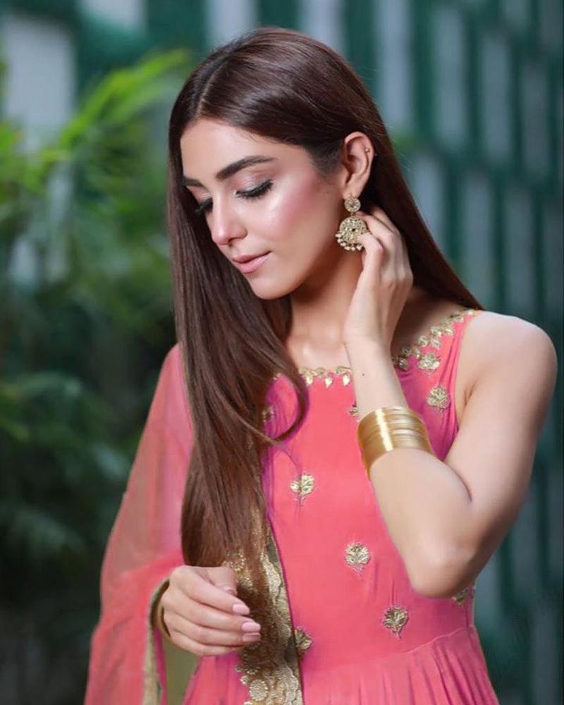 Artis Pakistan Cantik Maya Ali pose tunduk yang manis seksi dan manis hidung mancung