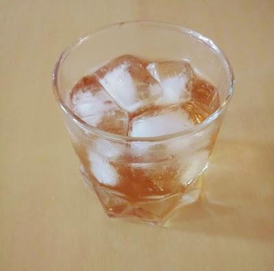 A imagem mostra o copo com gelo e bebida alcoólica,muitos bebem  e mesmo bêbados conduzem veículos causando acidentes graves.