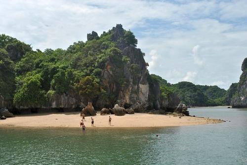 Xe du lịch Phú Yên -   Bãi tắm Vạn Bội nhỏ và còn nguyên nét hoang sơ