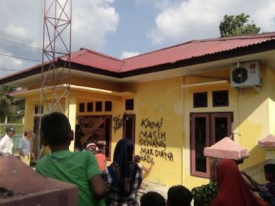 Ratusan Massa Kembali Segel Balai Desa Tambun Arang