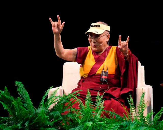 El Dalai Lama dice I Love You (ILY) en lengua de signos americana (ASL)