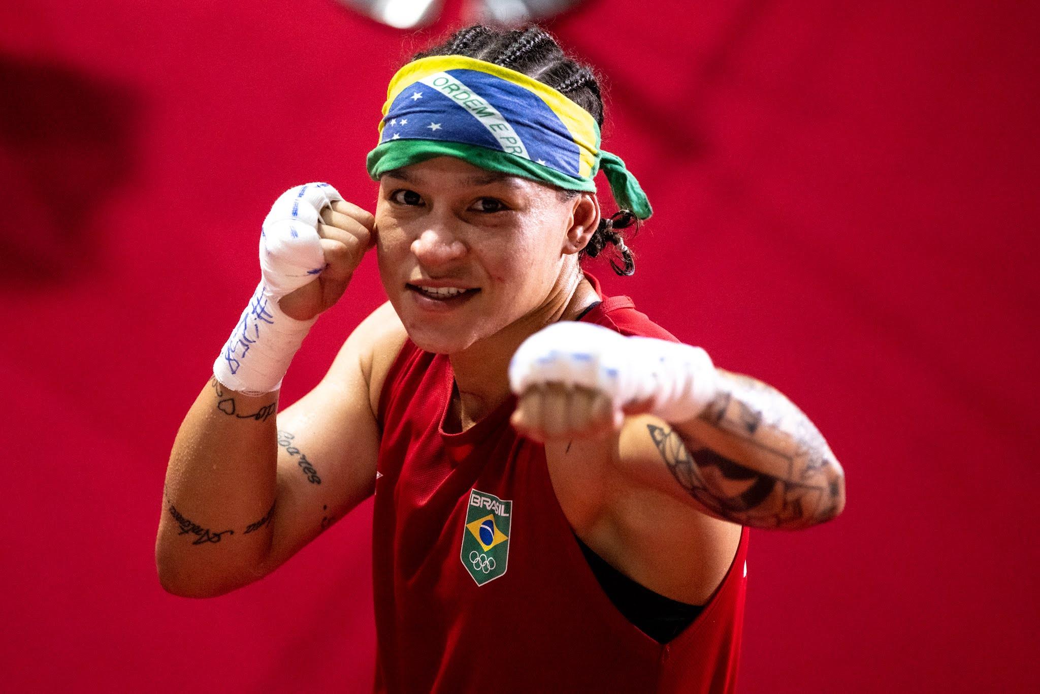 Bia Ferreira, de bandana do Brasil, faz pose para foto