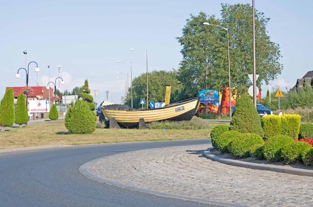 rondo w centrum miasta Rewal, kutry, łodzie