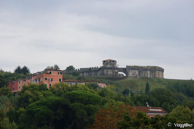 Il castello di Sarzanello sorge sull'omonima collina