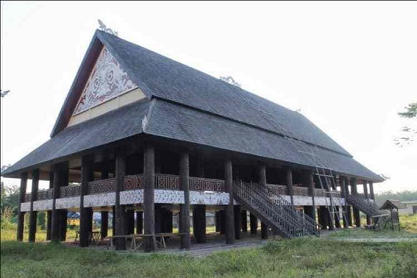 Rumah adat kalimantan timur (Rumah Lamin)