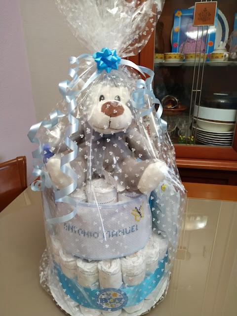 Tarta de pañales para niño en tonos azules