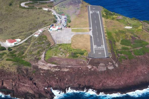 El aeropuerto con la pista de aterrizaje más corta, esta en el Caribe, es el aeropuerto de Juancho E. Yrausquin en la isla de Saba, Antillas Holandesas