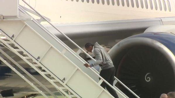 Kawhi Leonard Berjalan Dengan Hati-Hati Naik Tangga ke Pesawat Terbang