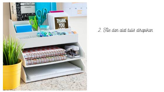 Gunakan organizer untuk alat tulis agar meja rapi