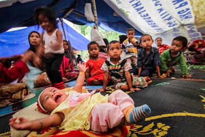 Bayi dan anak-anak di tenda pengungsian gempa / @CareAnakGayo