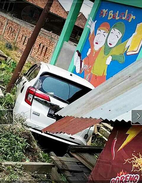 Mobil Milik ASN Muarojambi, Hantam Warung Warga Desa Senaung