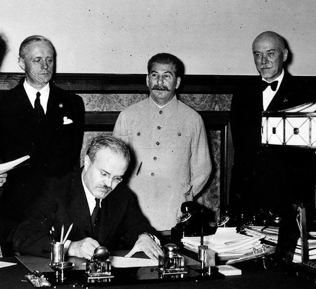 Ambassador von der Schulenburg with Stalin worldwartwo.filminspector.com