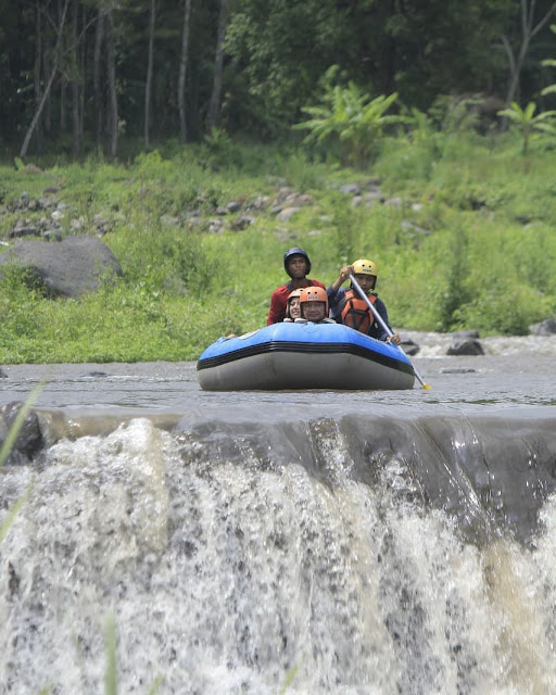 Dino Patti Djalal rafting di sungai Songgon,Banyuwangi.