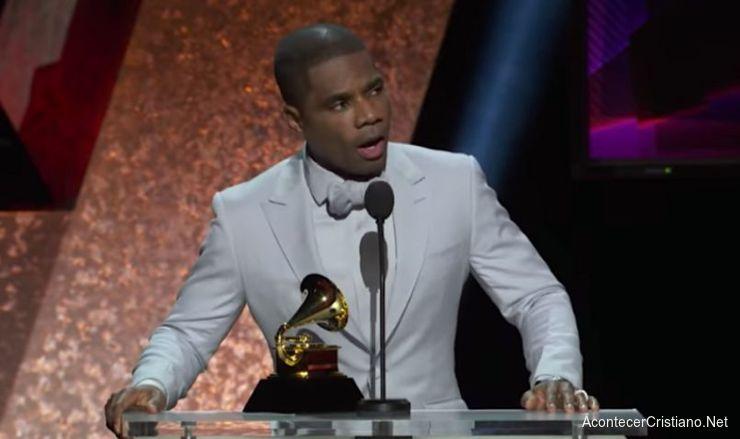 Kirk Franklin recibe premio en los Grammy