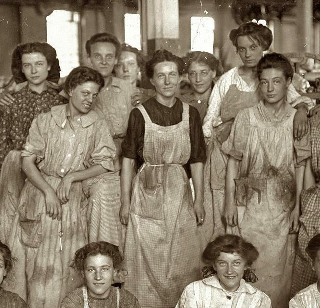Mujeres trabajadoras de fábrica textil en 1900