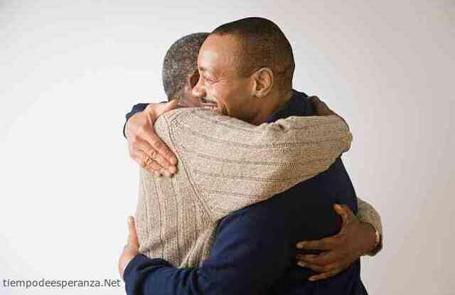 Dos hombres perdonándose las ofensas
