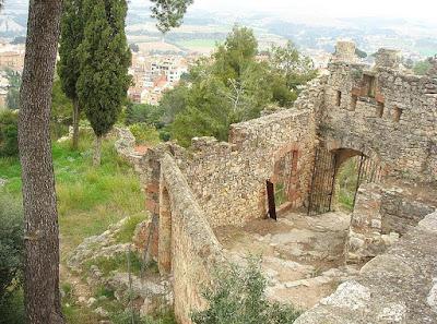 Entrada principal del recinto del castillo de Gelida