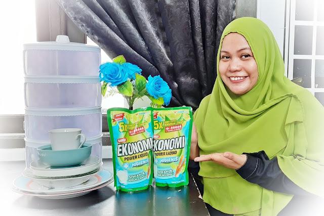 Ibu Mencuci Piring Dengan Bahagia Ekonomi Power Liquid Siwak & Jeruk Limau