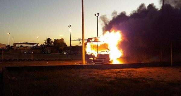 Imprensa nacional destaca que criminosos queimam ônibus no RN