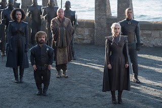 (Izquierda a Derecha) Nathalie Emmanuel como Missandei, Peter Dinklage como Tyrion Lannister, Conleth Hill como Varys, Emilia Clarke como Daenerys Targaryen, y Jacob Anderson como Gusano Gris