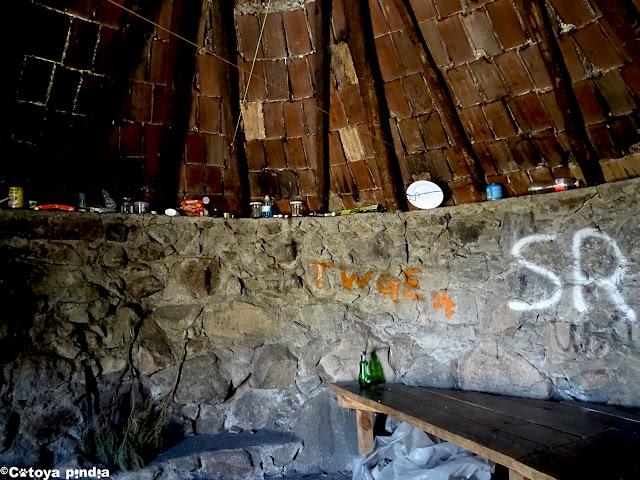 Detalles del interior del Chozo de la Barranca en la Sierra de Gredos