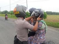 2 Polisi Muda Bertemu Nenek Renta Tertatih Gendong Beras, Lihat yang Mereka Lakukan ini Bikin Terenyuh