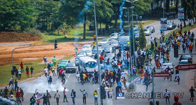 BREAKING: Police Fire Teargas At #EndSARS Protesters Moving Towards Presidential Villa In Abuja