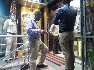 फिजिकल डिस्टेंसिंग नहीं पाये जाने पर ज्वेलर्स की दुकान सील