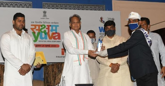 Ramesh receiving the Skill Icon Award from Hon. C.M of Rajasthan