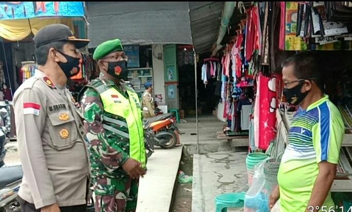 Danramil 01/Ranai Bersama Kapolsek Bunguran Timur Ikut Turun Merazia Masker di Pasar Tradisional Ranai