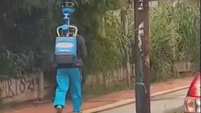 Pria Ini Gendong Ransel 20 Kg agar Kalian Tidak Tersesat