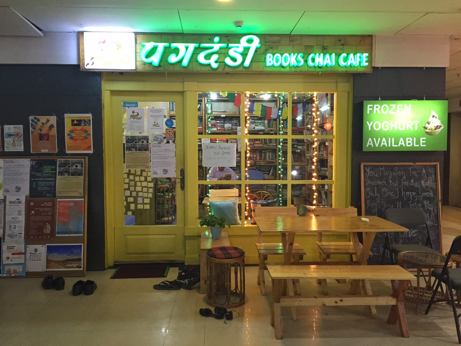Review Pagdandi Books Chai Cafe Baner Pashan Road Pune night