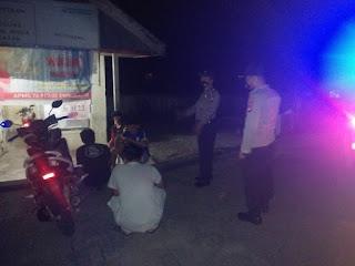 Jaga Kamtibmas, Polsek Maiwa Patroli Blue Light, Beri Edukasi Warga Soal Prokes