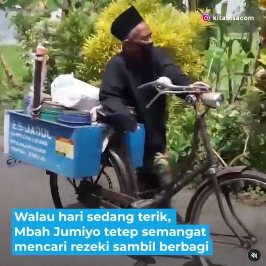 Kakek Penjual Es Ini Bagikan Jualannya Gratis untuk Anak Yatim