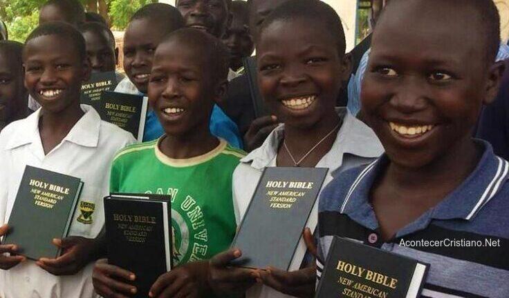 Niños africanos con Biblia en su idioma