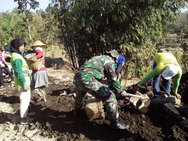 Kodim Sragen - Bersama Warga Babinsa Geneng Uruk Jalan Berlubang