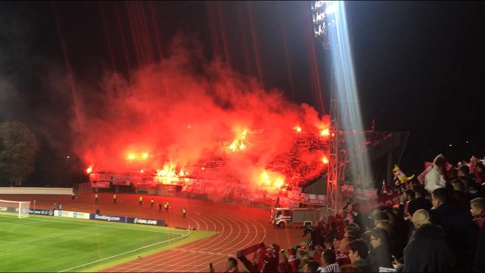 Poļu futbola fani aizdedzina dūmu sveces Daugavas stadionā