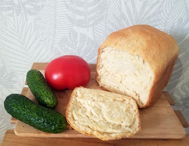 сразу же, только из печки, отрезаем корочки хрустящие, печём в хлебопечке