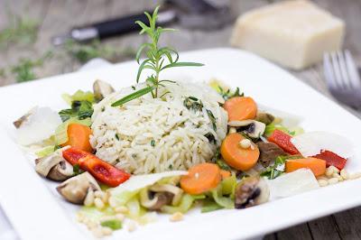 Kräuter-Reisbällchen mit buntem Gemüse