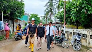 Gubernur NTB bersama Wabup Loteng dan camat Pujut, saat meninjau lokasi Banjir di Kuta kemarin