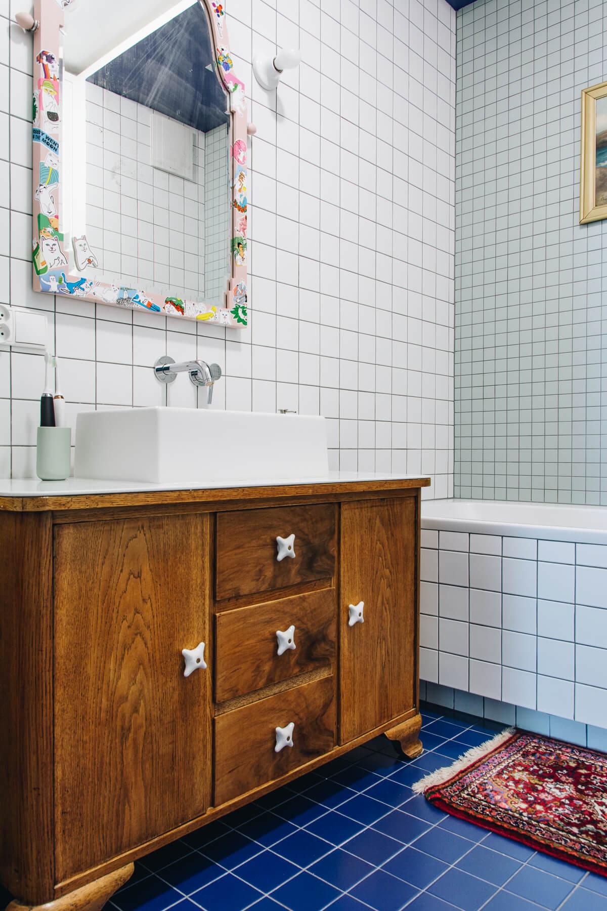 zabytkowa komoda w łazience