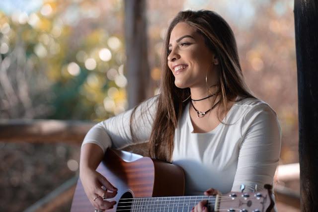 Isabelle Dias apresenta música, escrita por Waguinho