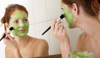 Melembabkan wajah dengan bahan alami