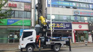 Xe thang nâng tự hành nâng người làm việc trên cao 28 m
