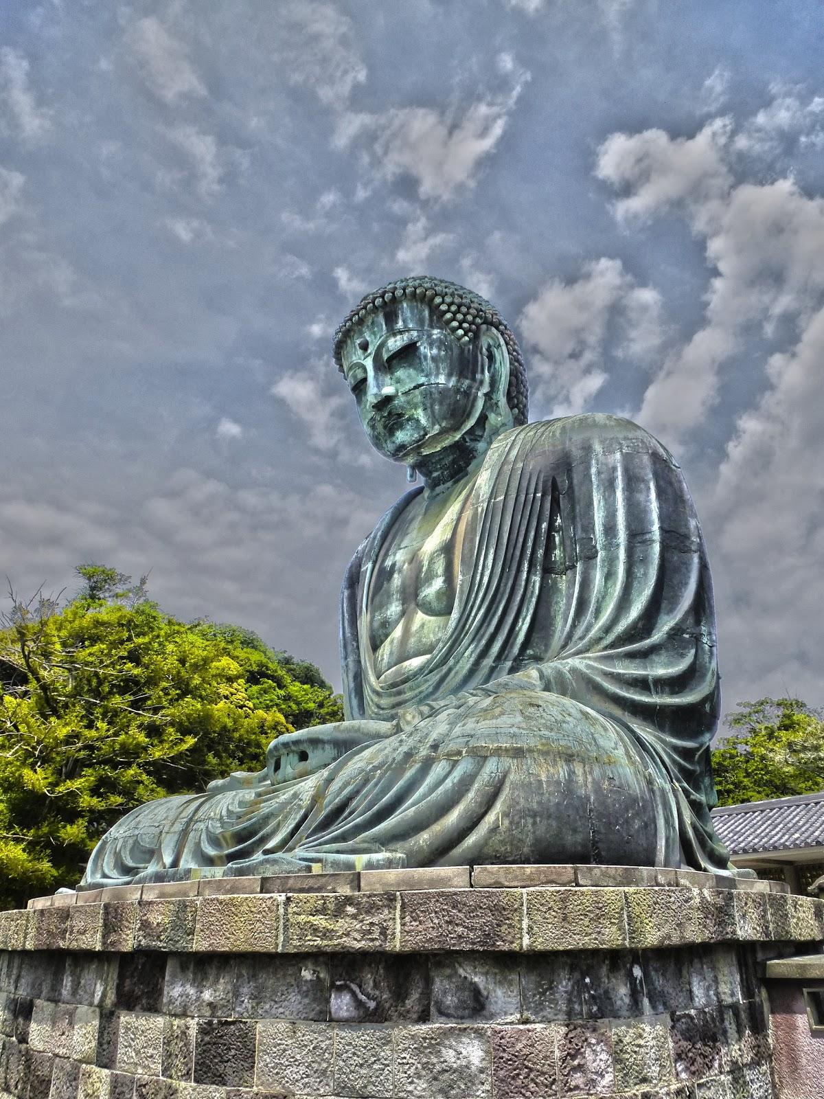 晴れた空の下で瞑想する鎌倉の大仏