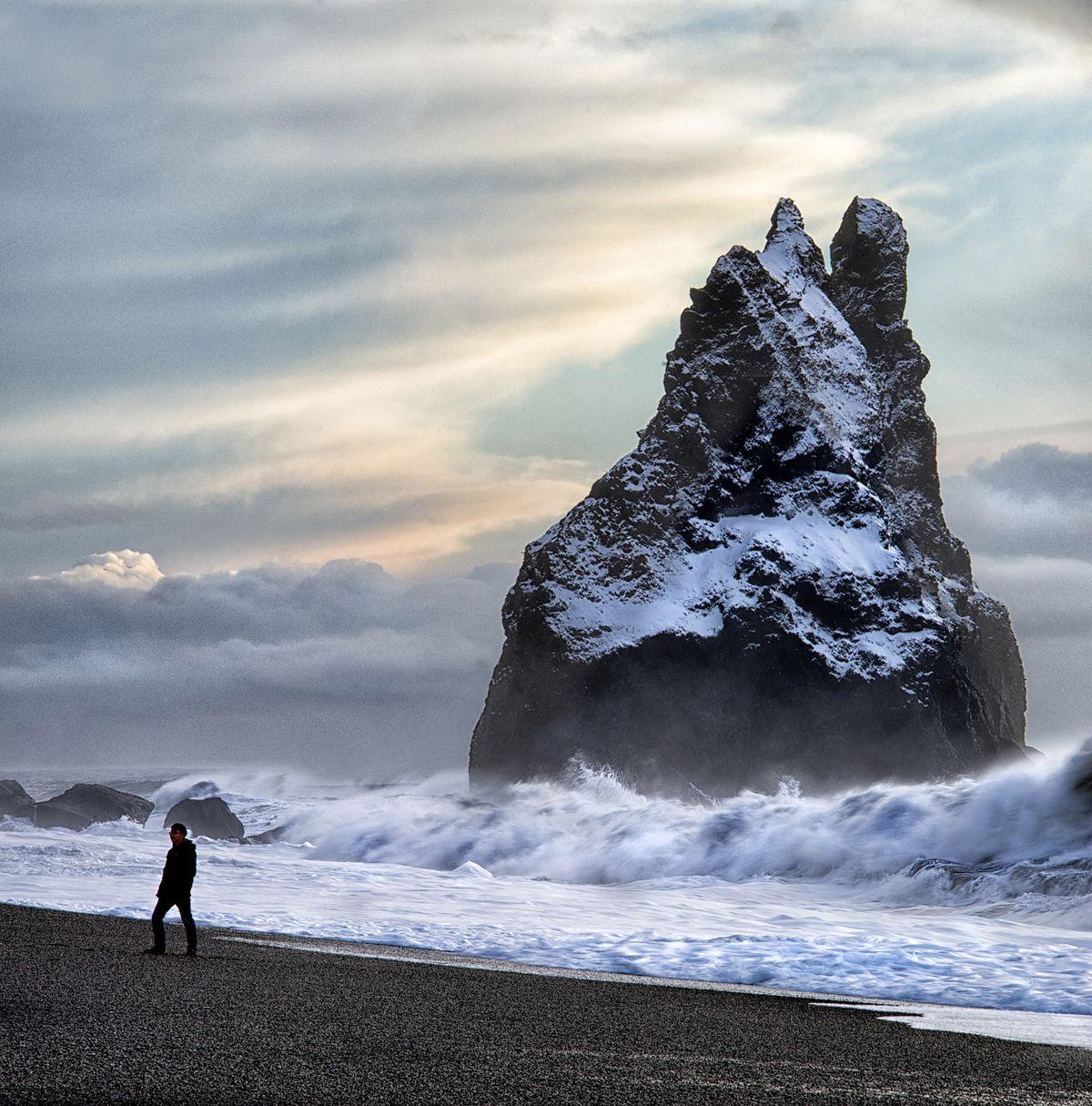 Шторм на черном пляже Рейнисфьяра в Исландии