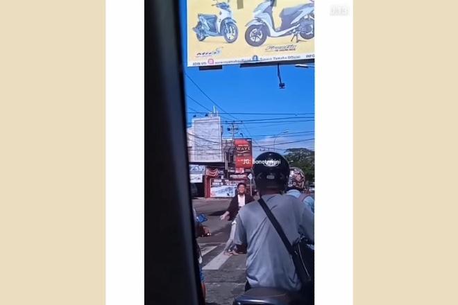 Viral Aksi Joget Pemuda di Lampu Merah Bone, Tanggapan Netizen Beragam